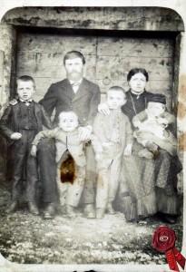 01 Francesco Giuseppe Pezzo con la moglie Celestina Pezzo (sorella di Giuseppe Pezzo dei Foi) e i primi figli.