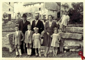 05 Foto di famiglia con Giuseppe Pezzo, il figlio Beniamino, la nuora Argentina e i nipoti Ilario, Giuseppe, Livia, Rita e Aurora. Sullo sfondo, la contrada Foi.